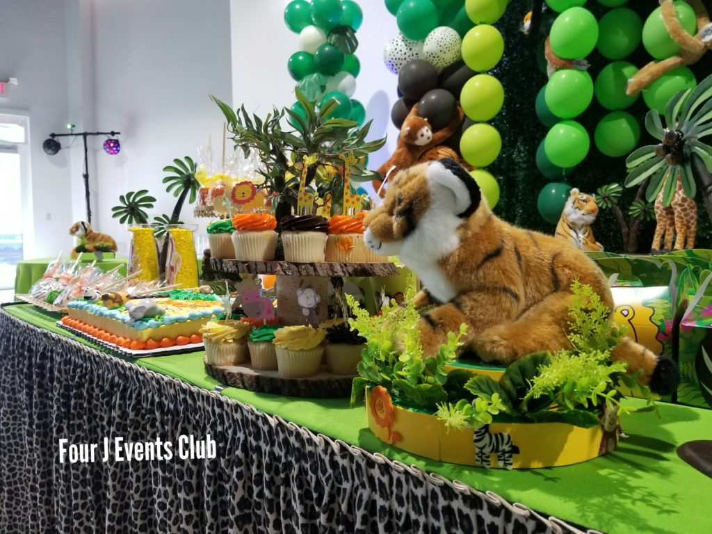 Baby-shower-safari-cake-table